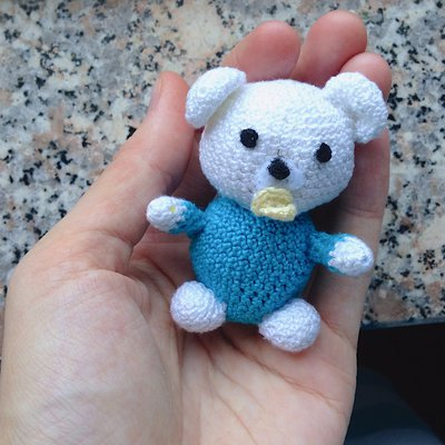 Amigurumi Orsetto Uncinetto : Orsetto bebe amigurumi bianco e azzurro con ciuccio, fatto ...