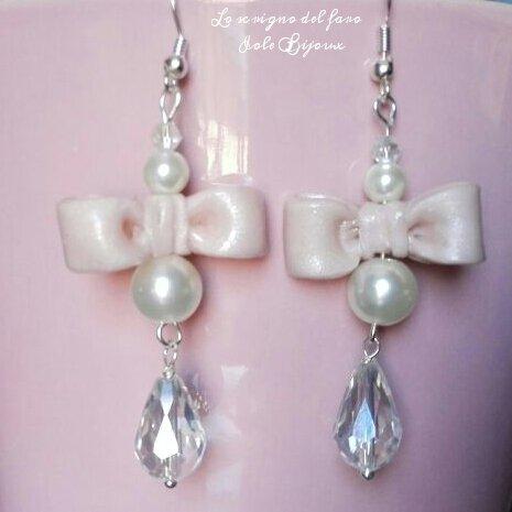 Orecchini pendenti con fiocco rosa in fimo, perle bianche e cristalli a goccia