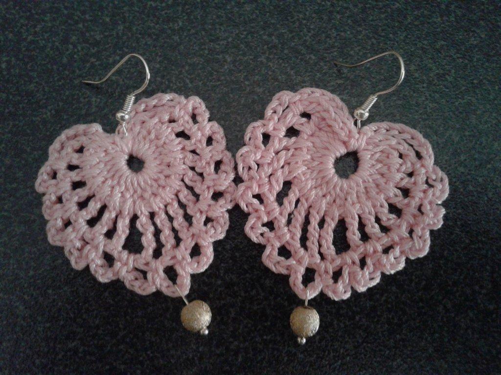 Orecchini pendeti in cotone rosa a forma di cuore con ciondolo