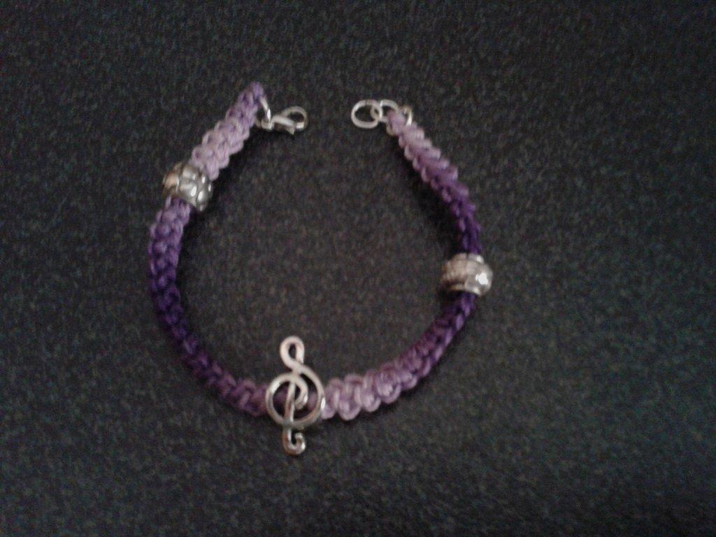 Bracciale viola sfumato in cotone con chiave di violino