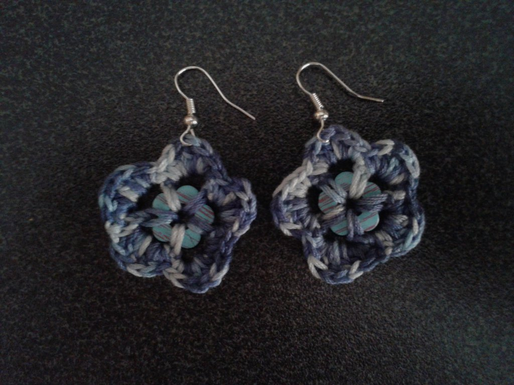 Orecchini in cotone a forma di fiore con bottone centrale