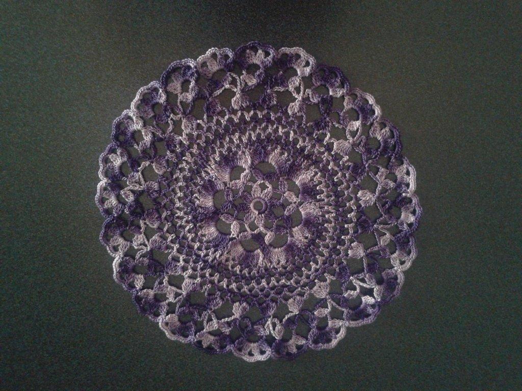 Elegante centrino rotondo viola scuro sfumato con fiore centrale