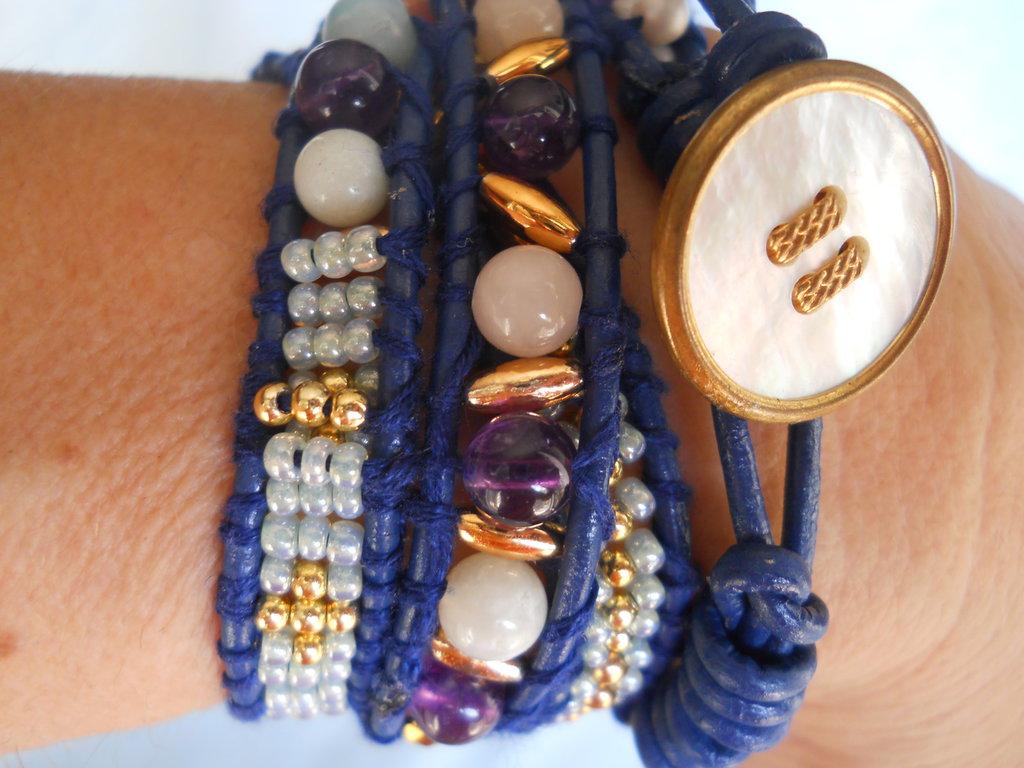 Bracciale avvolto in cuoio blu, ametista e pietre semi preziose, fatto a mano.