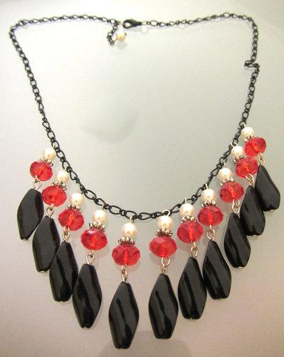 Collana con ciondoli neri e perle sfaccettate rosse