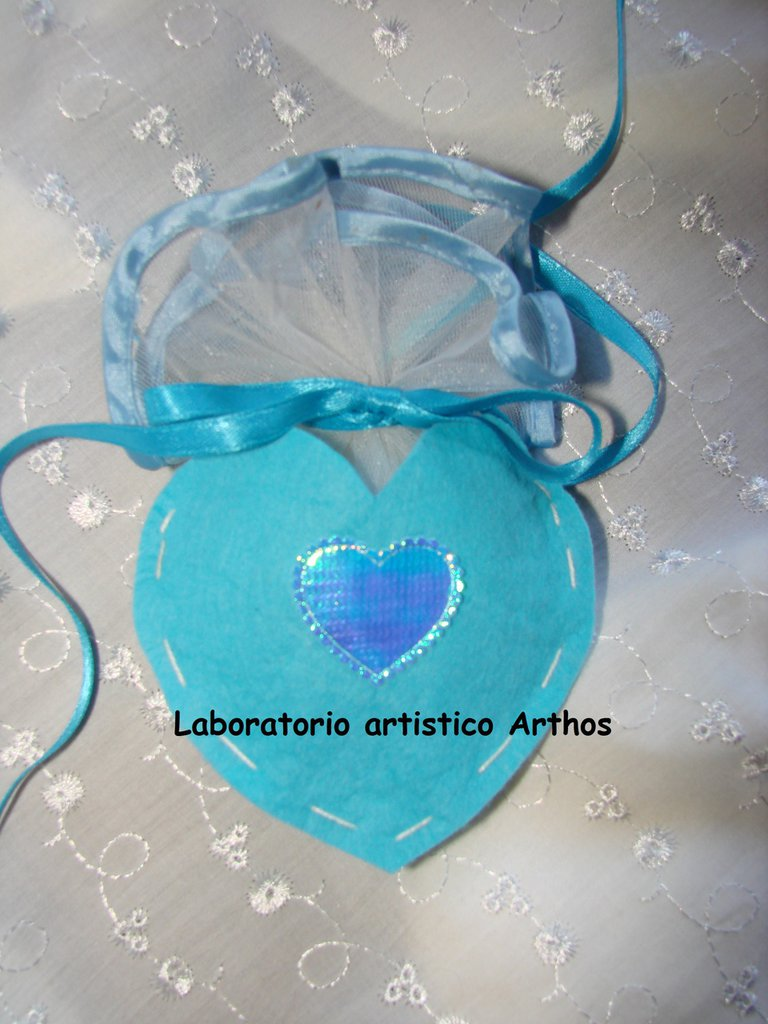 Sacchetto portaconfetti cuore azzurro x bomboniera fai da te battesimo comunione cresima in feltro con cuoricino personalizzabile