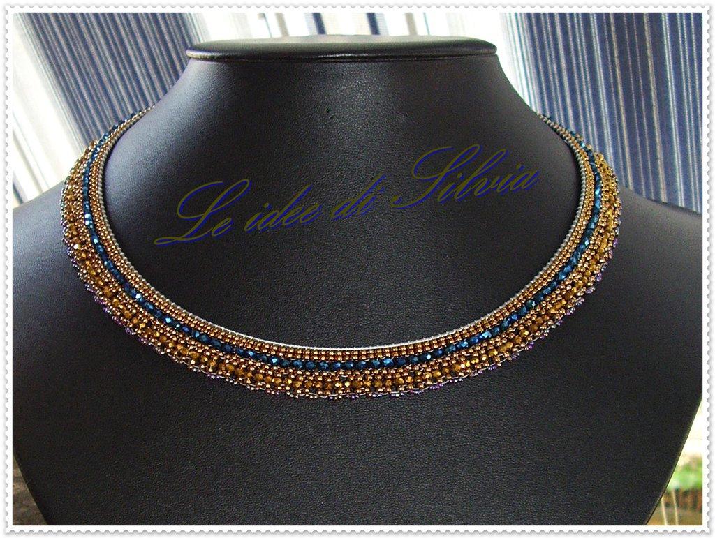 Collana semi rigida con cristalli e perline