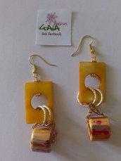 Orecchini gialli e arancioni in madreperla e ceramica