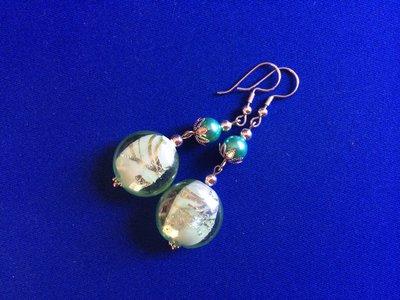 Orecchini con perle e disco di vetro verde chiaro bianco e argento