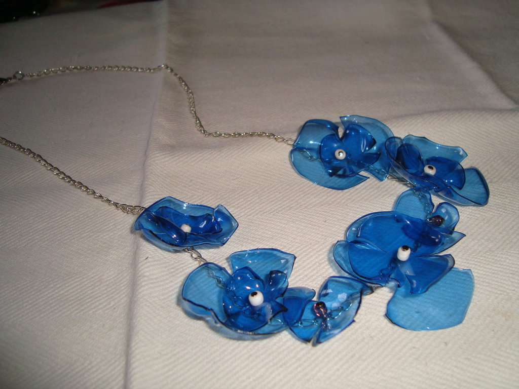 Collana corta fiori blu e perline bianche,riciclo creativo
