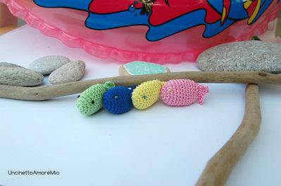 Quattro colorati pesciolini amigurumi - decorazioni casa estiva , giocattoli eco, portachiavi e segnaposto - ad uncinetto in cotone