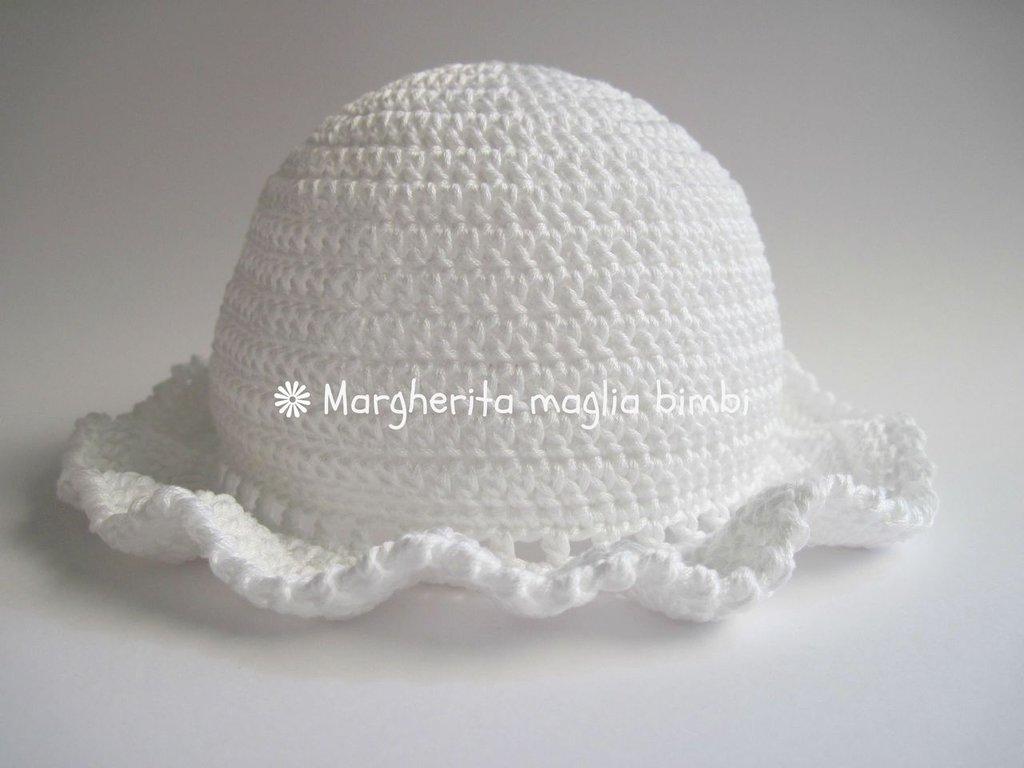 Cappellino Bimba Con Piccola Balza In Cotone Egitto Bianco Fatto