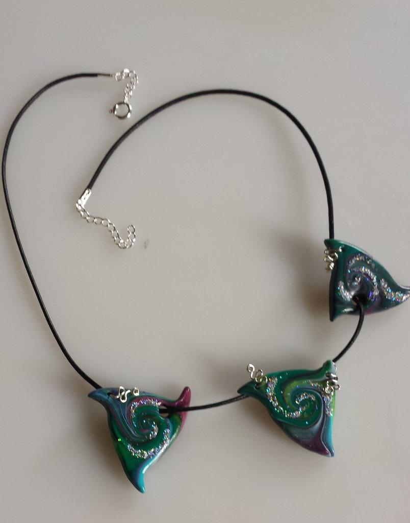 Collana con triangoli di fimo  verde e brillantini