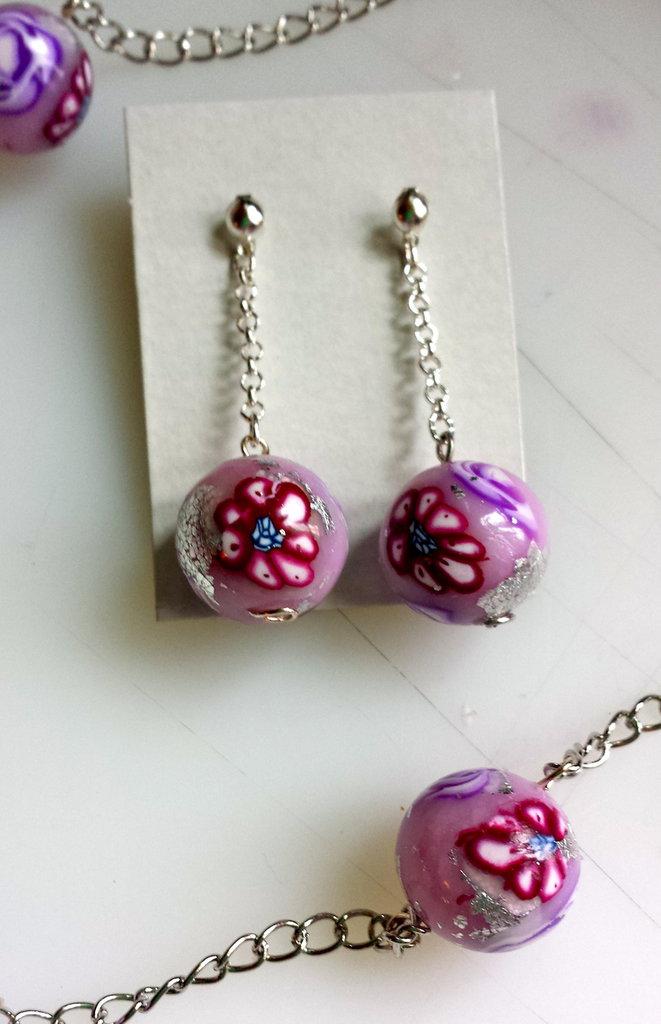 Orecchini con perle di fimo fiorite