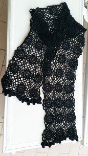 Morbida sciarpa nera in lana a disegno stellato realizzata a mano all'uncinetto