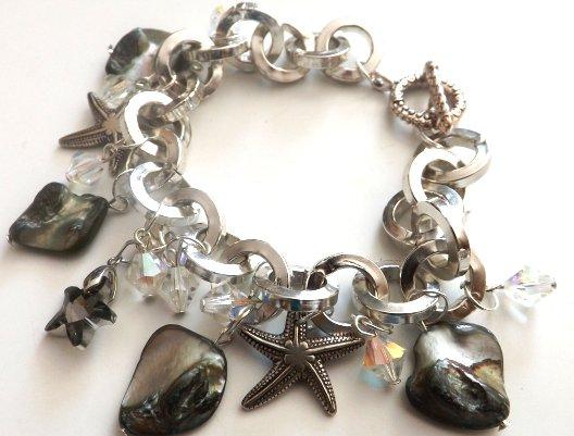 Bracciale con madreperla,ciondoli a stella marina,cristalli aurora boreale e ciondolo in cristallo fumè idea regalo