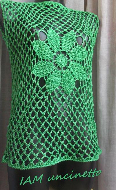 Maglia a rete verde con margherita centrale in cotone lavorato all'uncinetto