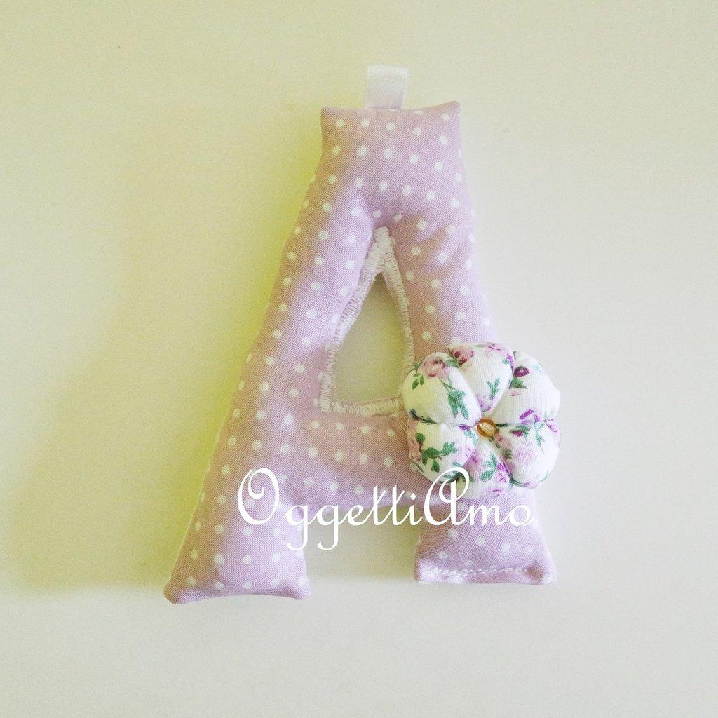 Letterine imbottite in stoffa a fantasia glicine come bomboniere: originali portachiavi per ricordare un momento felice!