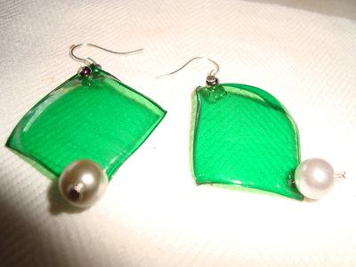 orecchini a rombo petalo verde con perla bianca