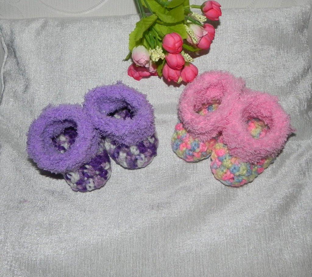Due paia di scarpette polacchine realizzate ad uncinetto rosa e lilla