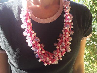Collana fuxia con perle di vetro bianco
