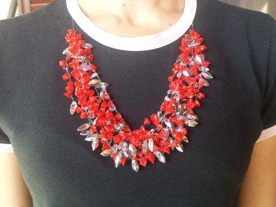 Collana in nylon e perle di vetro rosso e multicolor