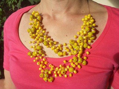 Collana in nylon e perle senape