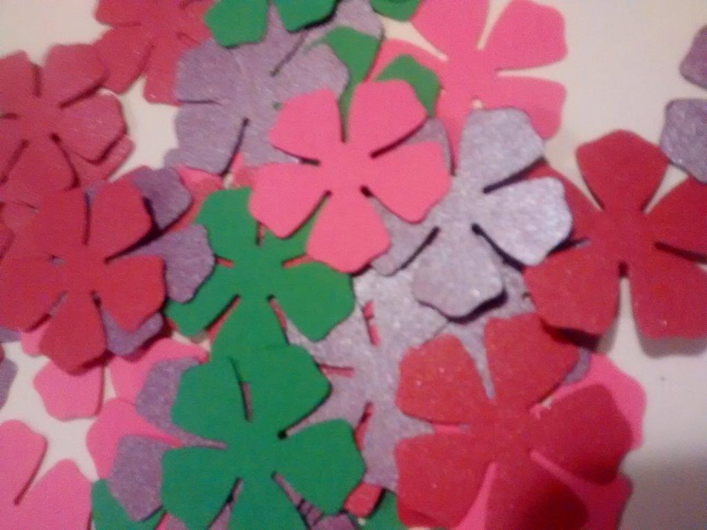 Fiori assortiti, coriandoli, decori, confetti scrapbooking