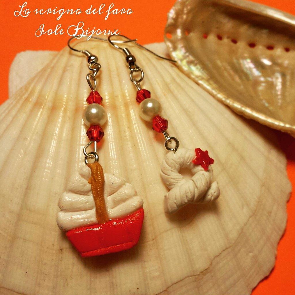 Orecchini pendenti stile marinaro con barchetta rossa e nodo di corda bianca in fimo