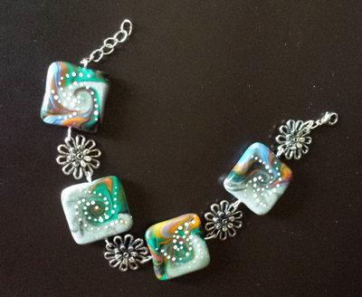 Bracciale in fimo con perle squadrate e fiori