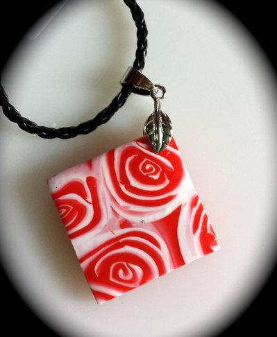 Ciondolo quadrato con rose rosse