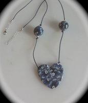 Collana con ciondolo a forma di cuore e perle fiorite