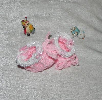 Scarpette realizzate ad uncinetto rosa con pelliccetta