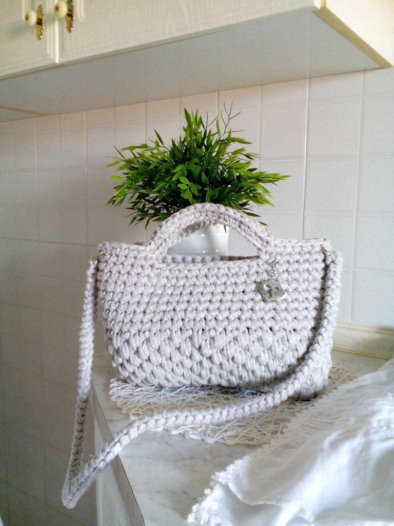 Borsa handmade in fettuccia grigio perla realizzata all'uncinetto