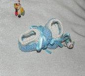 Scarpette realizzate ad uncinetto azzurre e panna