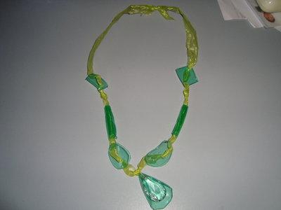 collana petali verdi con ciondolo di cristallo