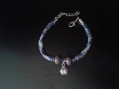 Bracciale blu mare in cotone con ciondolo a forma di coccinella