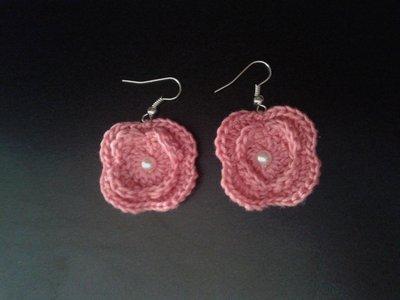 Orecchini in cotone rosa a forma di fiore con finta perla