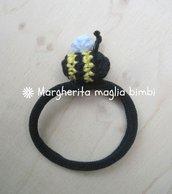 Elastico capelli - braccialetto con piccola ape amigurumi fatta a mano all'uncinetto