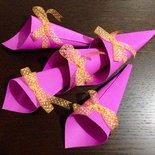 10 Coni porta confetti in cartone rigato decorati con nastro