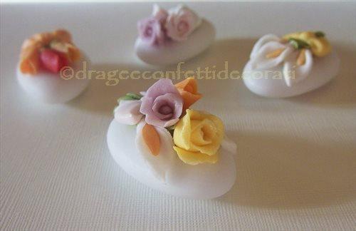 Confetti decorati  - matrimonio fiori - matrimonio tema fiori - fiori di zucchero - confetti matrimonio decorati - confettata matrimonio - segnaposto matrimonio originale