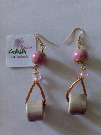 Orecchini con pallina e tubetto in ceramica rosa e beige