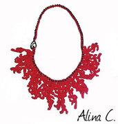 """Collana """"Corallo Rosso"""" a crochet con perline nere e moschettone."""