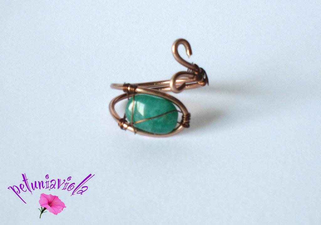 Anello di rame con pietra verde