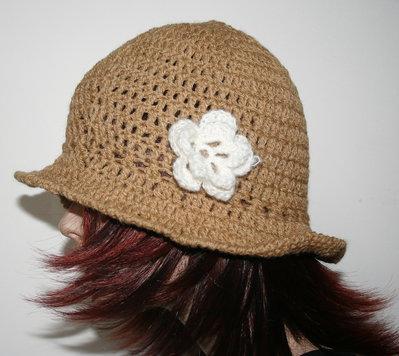 Cappello donna uncinettoi marrone chiaro stile retro' con traforo e fiore