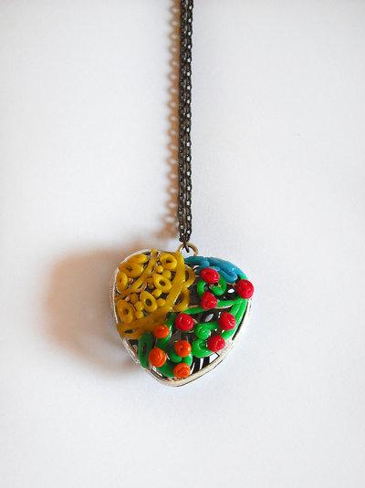Collana cuore traforato con decorazione floreale fatta a mano in porcellana fredda
