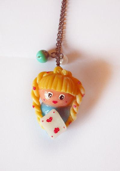 Alice nel Paese delle Meraviglie con carta collana con perle realizzata interamente a mano in porcellana fredda
