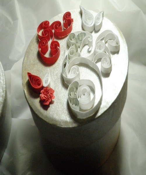 Scatola cartone decorata a mano.