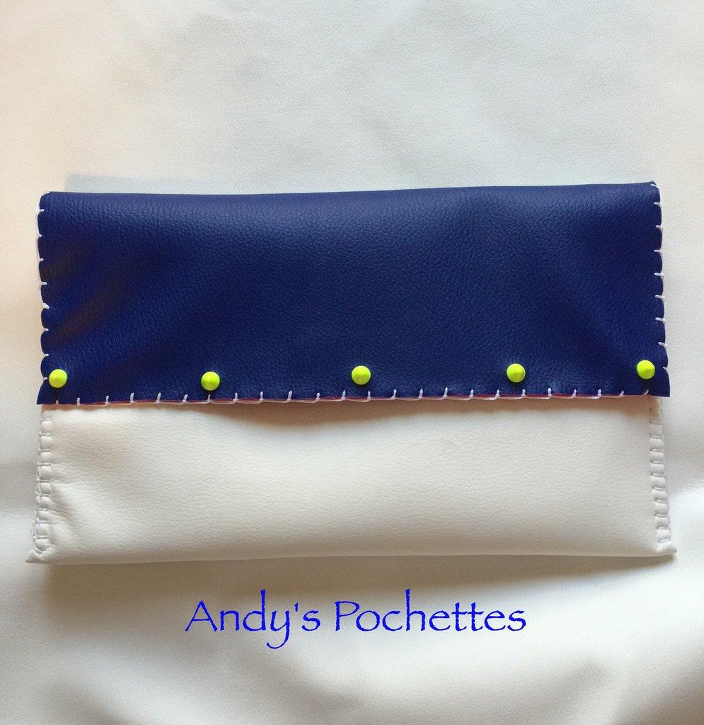 Pochette in ecopelle bianca e blu eletrico
