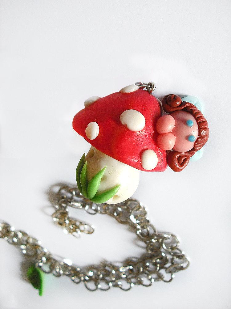 Collana fungo e fata con foglie realizzata a mano in porcellana fredda