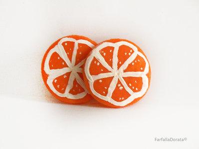 Orecchini frutta arancia a perno realizzati interamente a mano in porcellana fredda